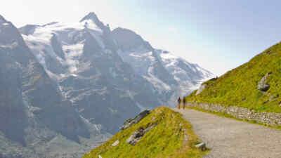 Wanderer auf einem Weg vor dem Großglockner
