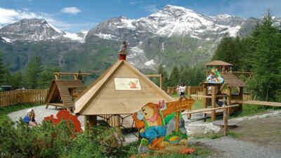 Spielplatz mit Gebirge im Hintergrund