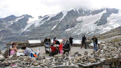 Touristen auf einer Aussichtsplattform