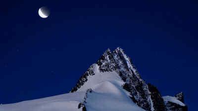 Mond am Nachthimmel über dem Großglockner
