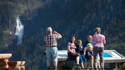 Familie auf einer Aussichtsplattform