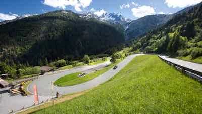 Auto abwärts der Gerlos Alpenstrasse