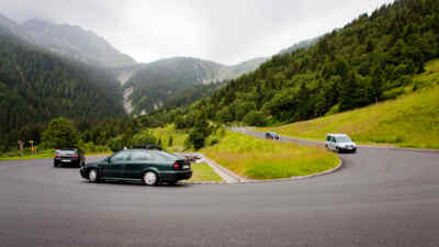 Kehre mit 4 Autos Gerlos Alpenstrasse