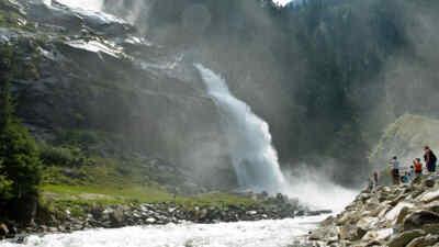 Touristen an den Wasserfällen in Krimml
