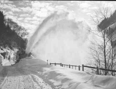 Schneeräumung durch erste Maschinen