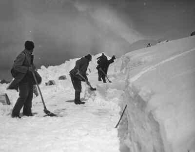 Männer bei der Schneeräumung